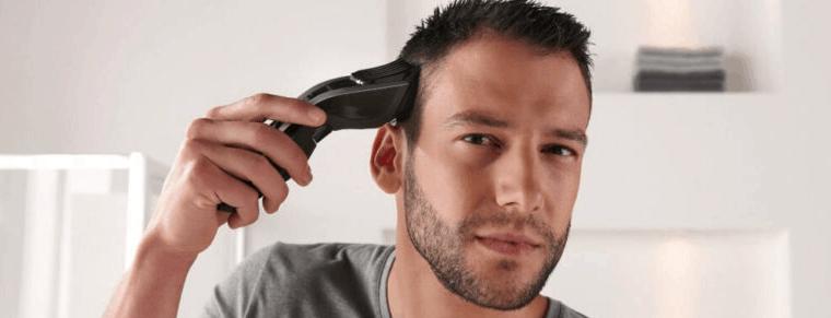 hombre usando un cortapelos profesional